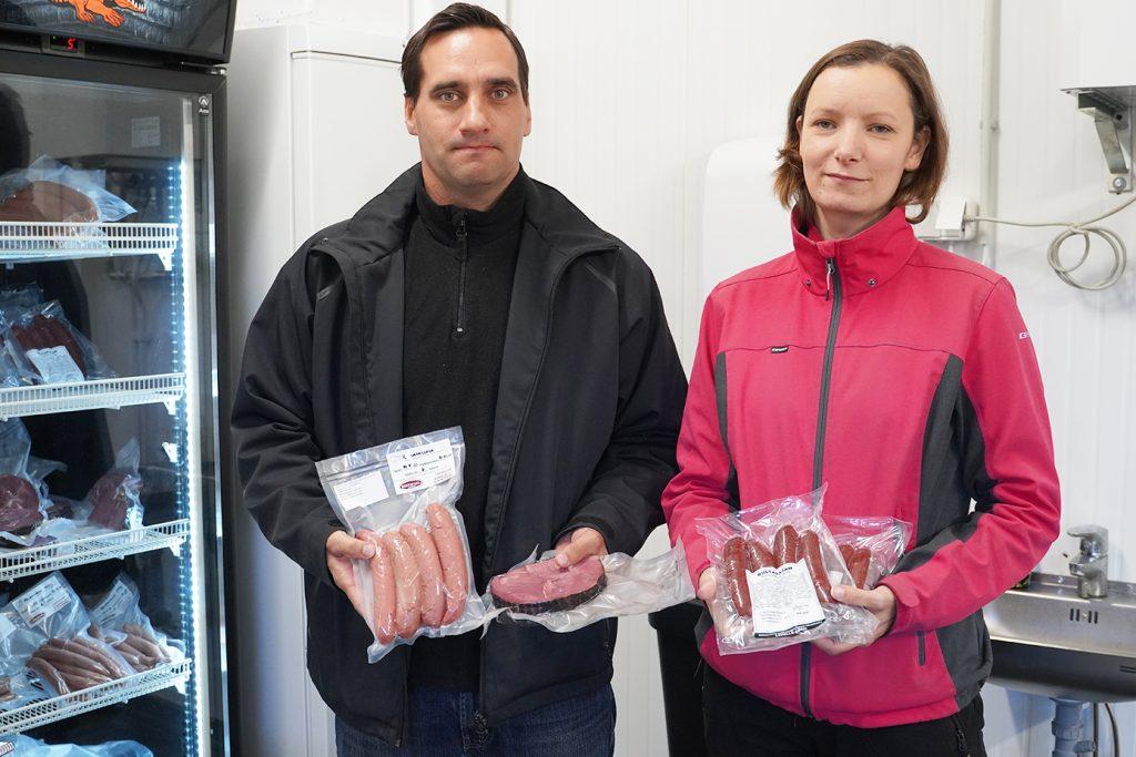 Ville ja Saara Kalluinen yrityksensä Riistapajan tiloissa Mynämäellä.