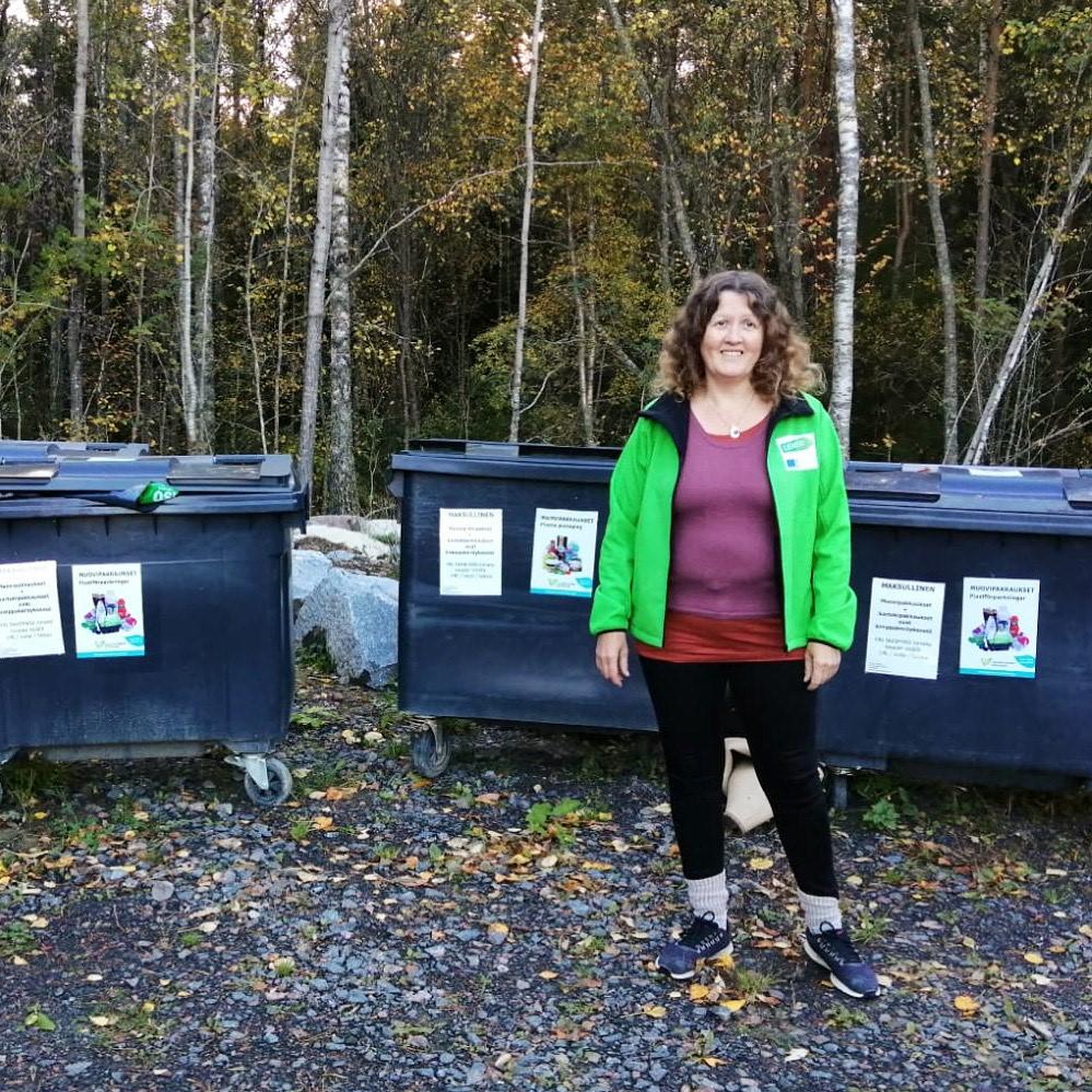 Tiina Saaresranta kierrätyspisteellä