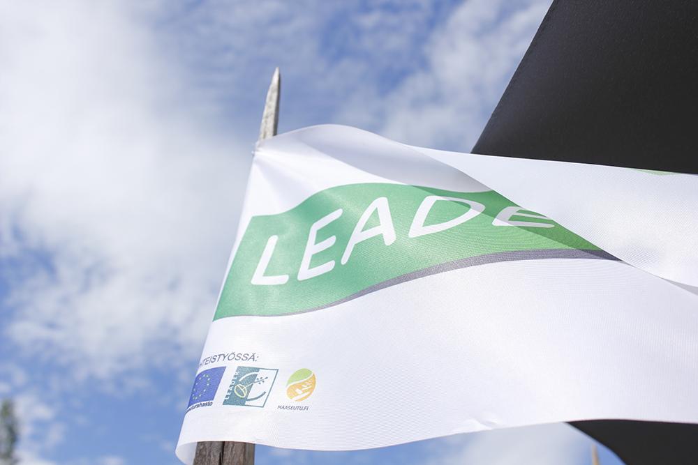 Leader-logolla varustettu lippu liehuu