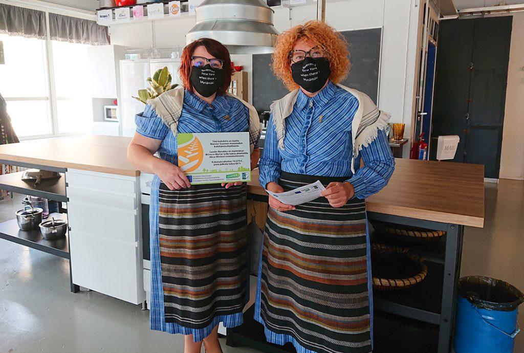 Kaksi Martta-yhdistyksen jäsentä yhteisötilan keittiössä, maskit kasvoilla