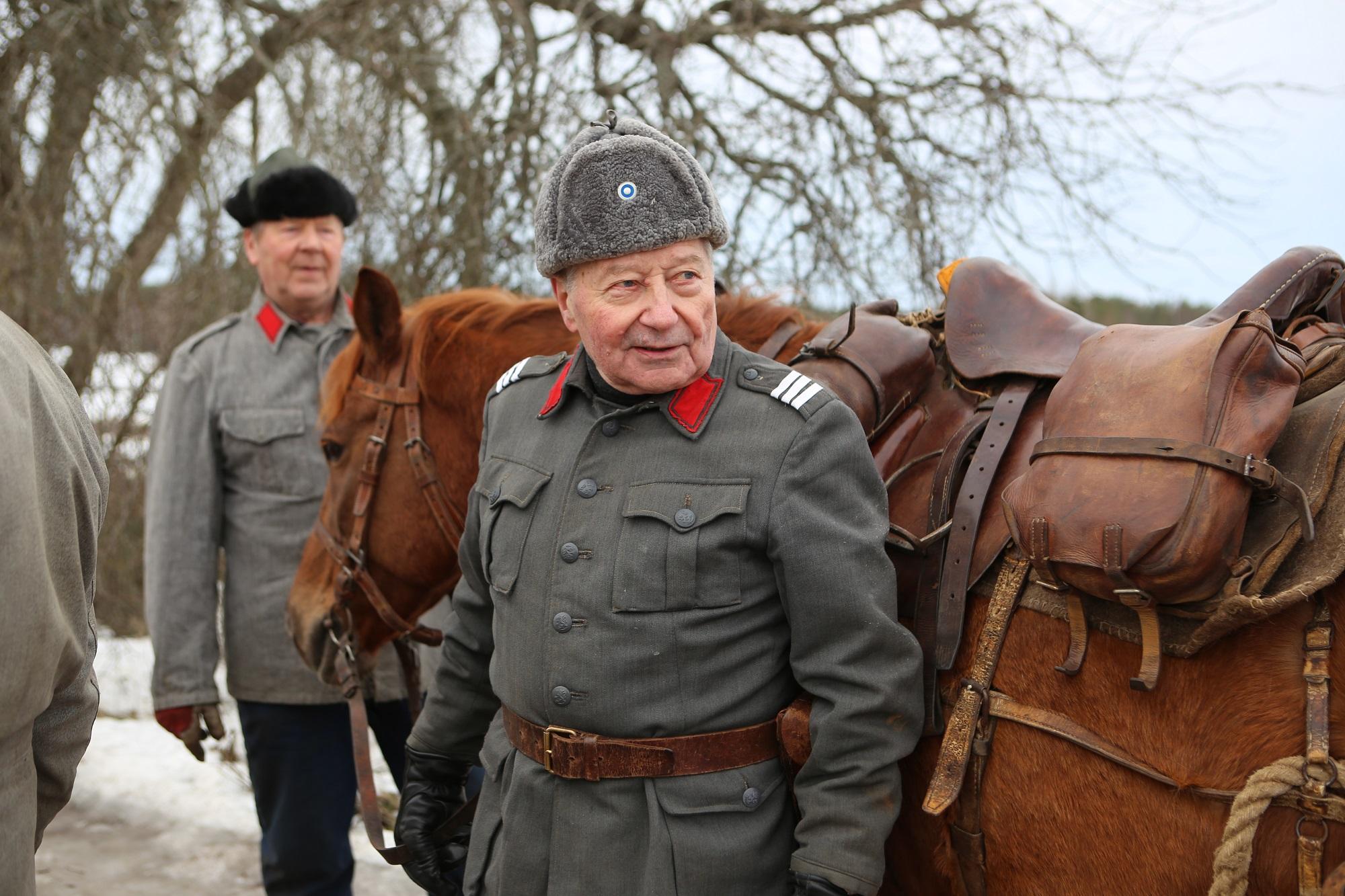 Kaksi miestä ja hevonen
