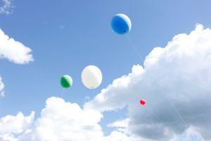 ilmapalloja taivaalla