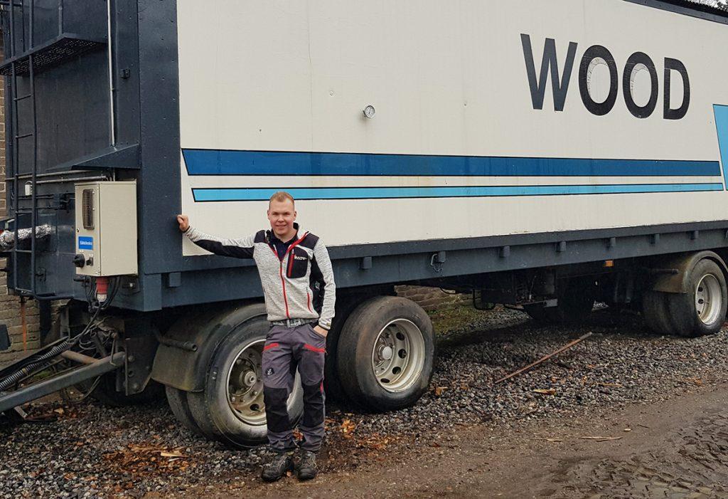 Yrittäjä kuljetuskonttiin rakennetun kuivaamon edessä
