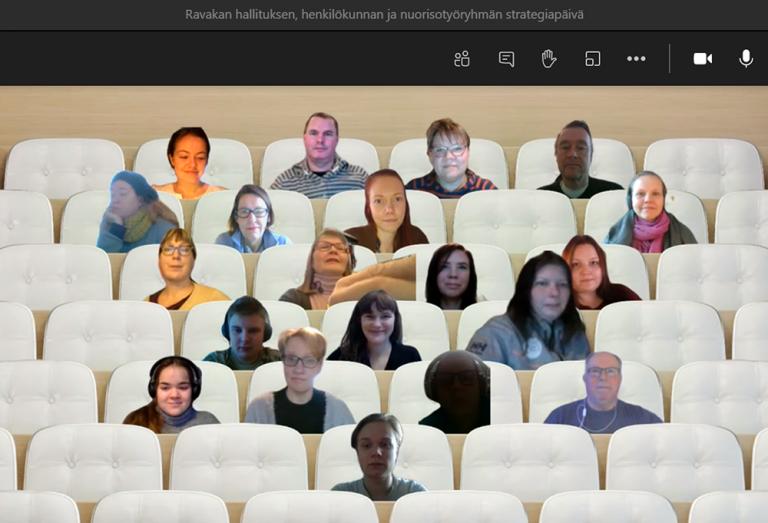 Ravakan hallituslaisia, henkilökuntaa ja nuorisotyöryhmäläisiä istumassa virtuaalisessa auditoriossa Teamsin kautta