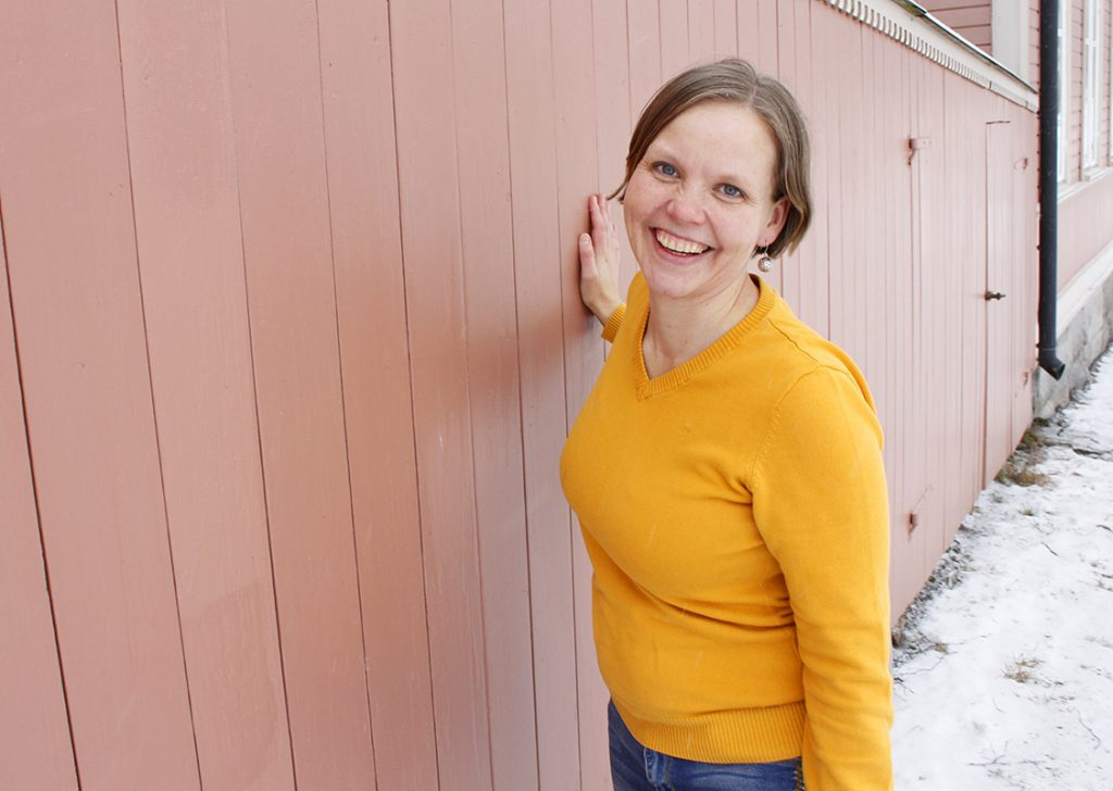 Tuuli Jansson kuvassa keltaisessa paidassa