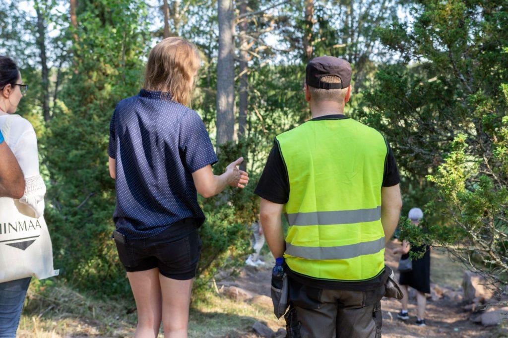 Hanna Elo liinmaan perinneyhdistyksestä ja Janne Haarala Muuritutkimuksesta suunnittelevat Liinmaan muinaislinnan mäen kulkuväylää.