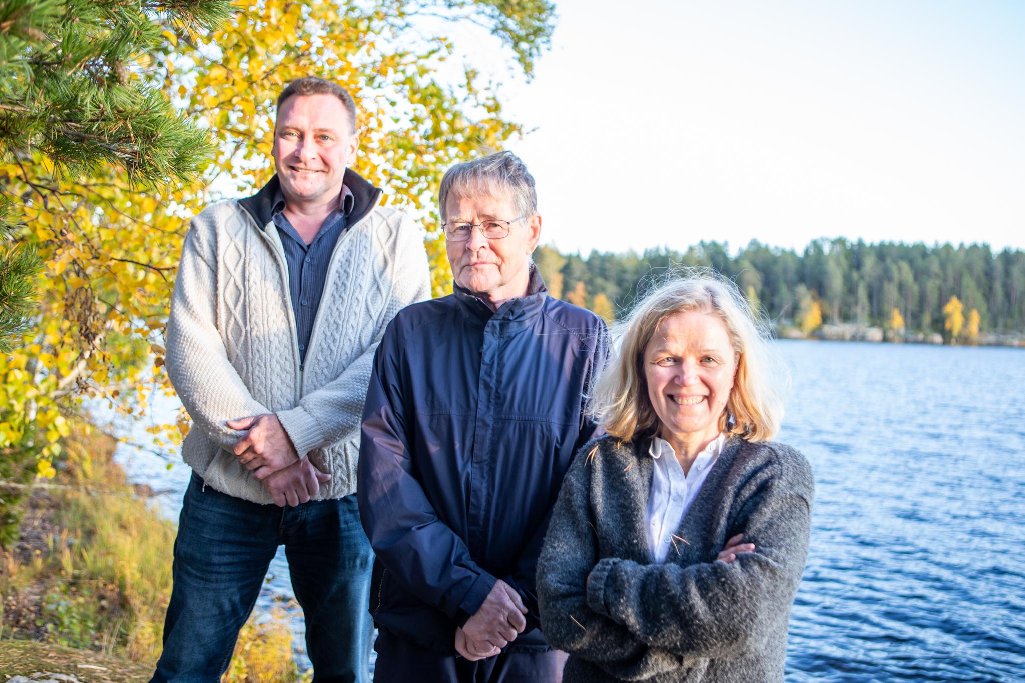 Narvijärven suojeluyhdistyksen hallituksesta Erno Tamminen, Tapani Laine ja Marita Lummikko