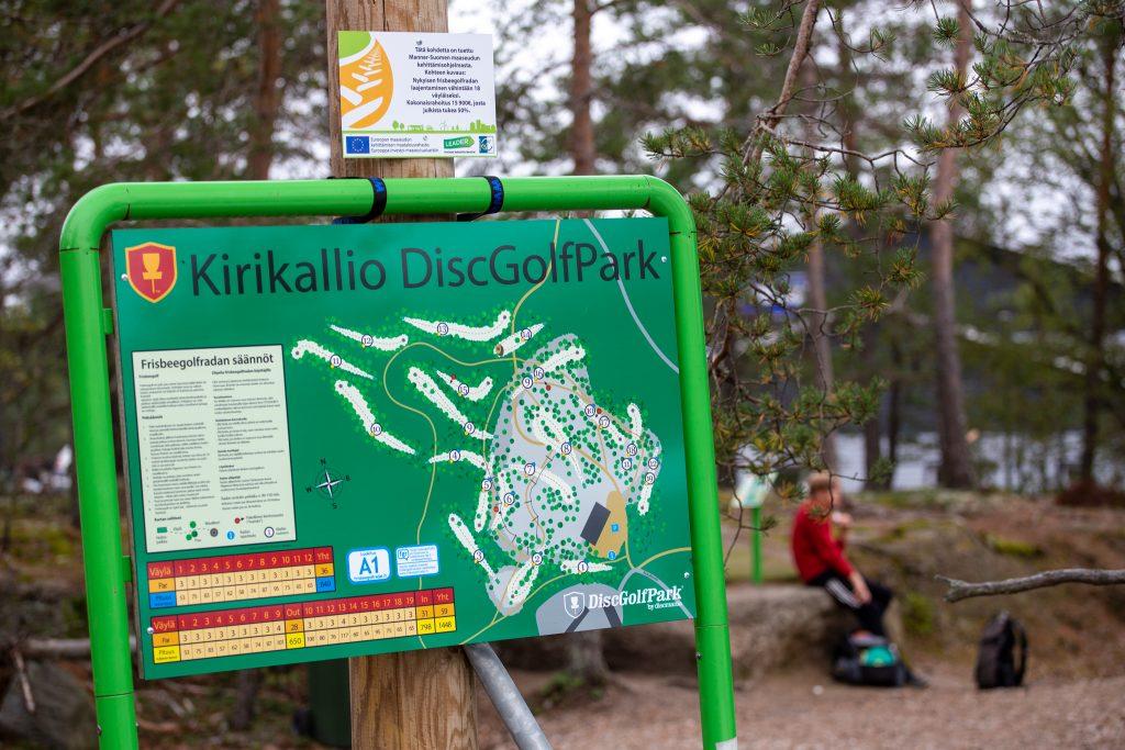 Kirikallion frisbeegolfradan kartta ja maaseuturahoituksen kyltti.